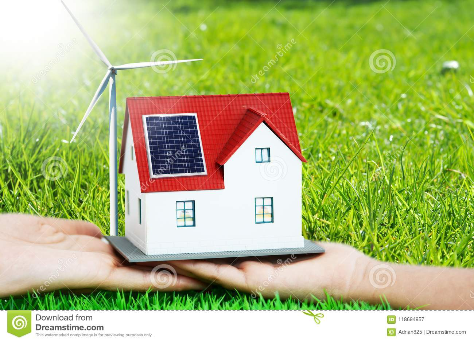 Przyszłość jest domem z photovoltaic panel i silnikiem wiatrowym zielonego, eco, zielona trawa w tle