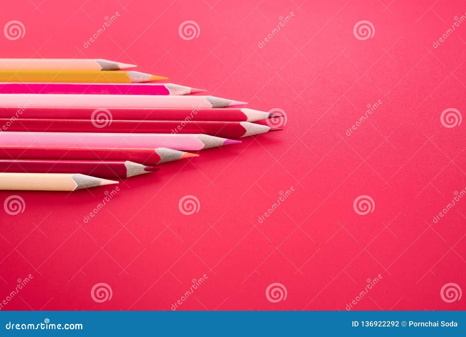 Przywódctwo biznesu pojęcie czerwonego koloru ołówkowy prowadzenie inny kolor na różowym tle