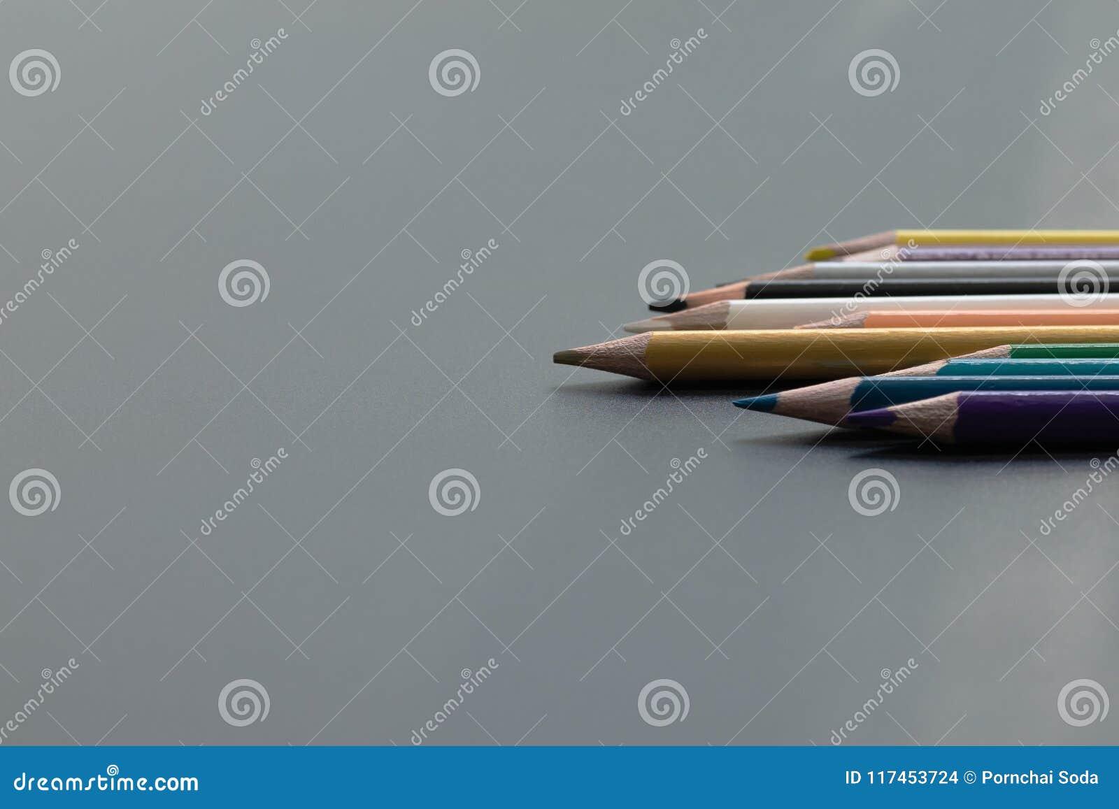 Przywódctwo biznesu pojęcie Złocistego koloru ołówkowy prowadzenie inny kolor na czarnym tle