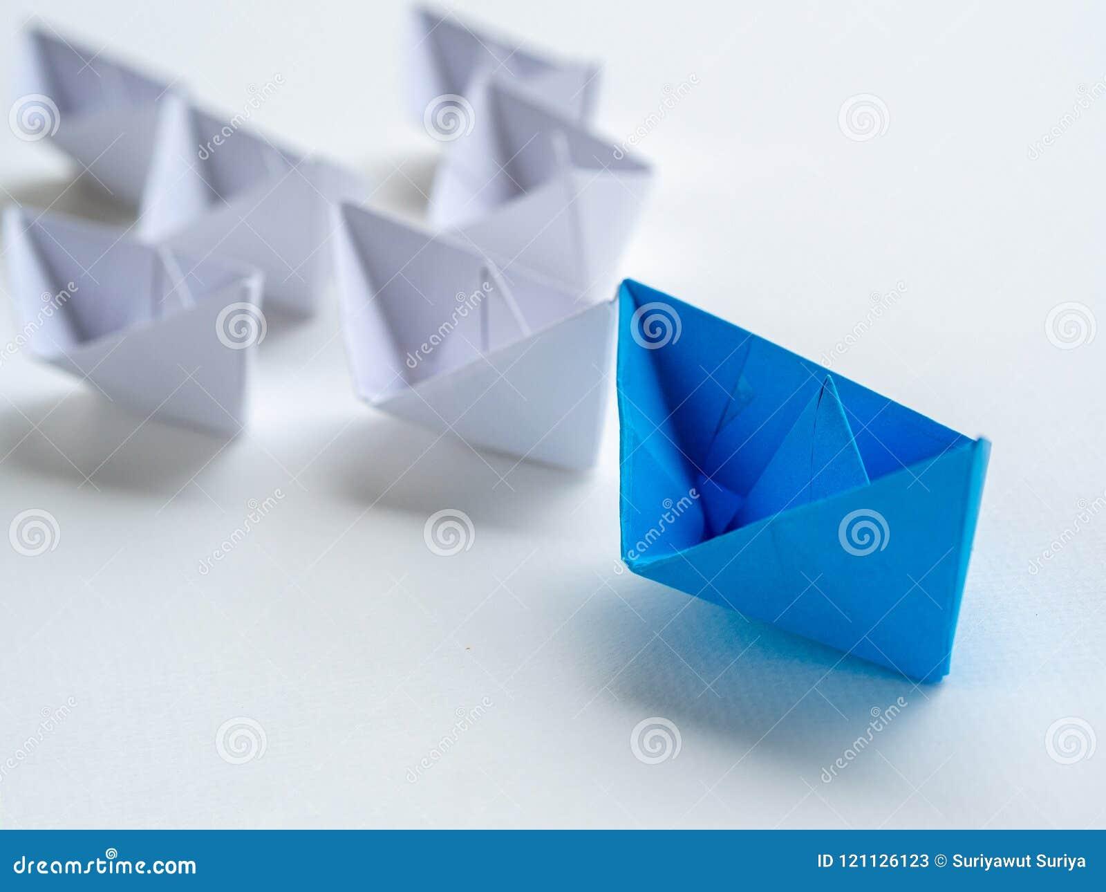 Przywódctwo pojęcie błękitnego papieru statku prowadzenie wśród bielu jeden przywódca