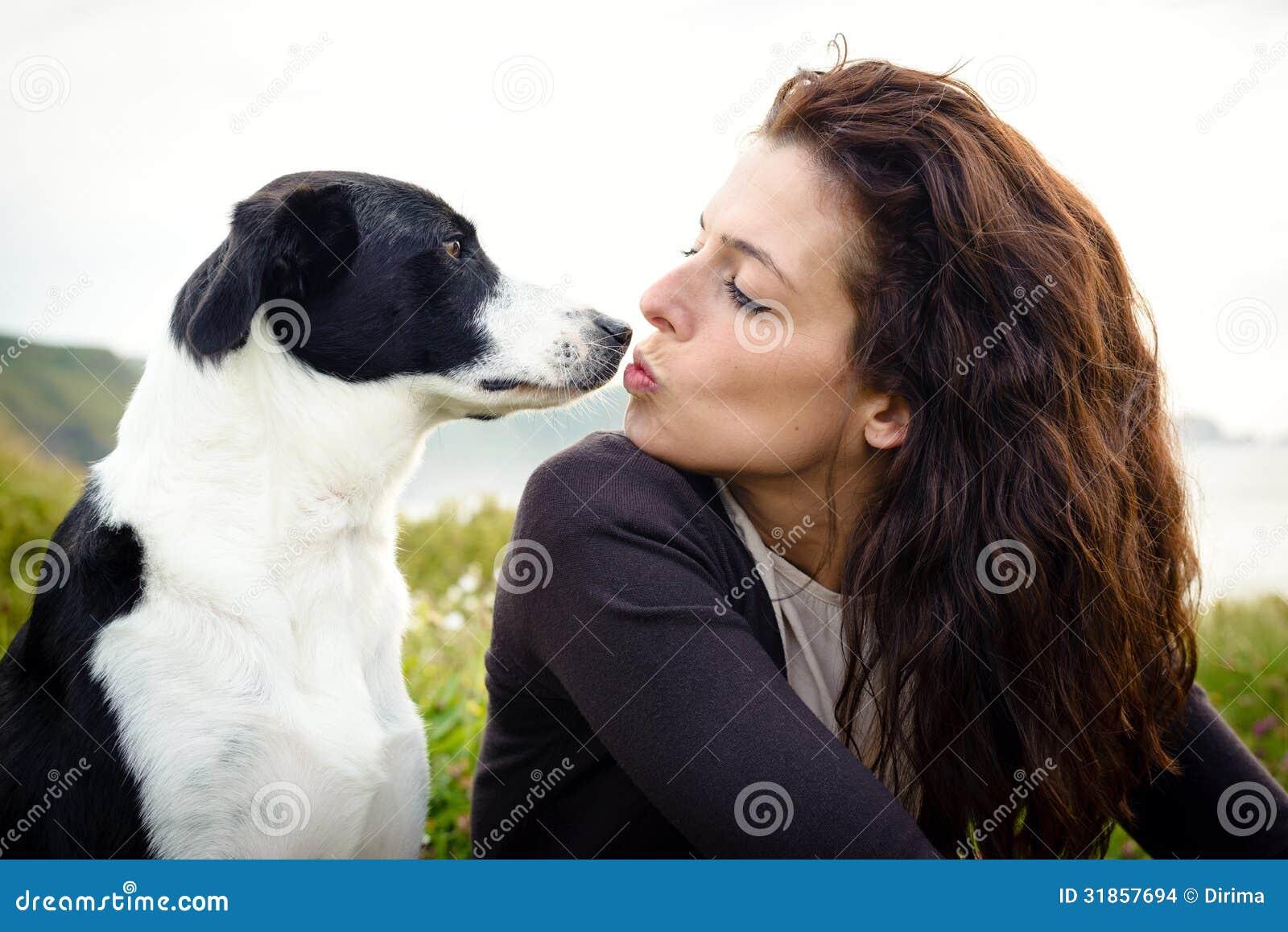 Psa i kobiety buziaka miłość