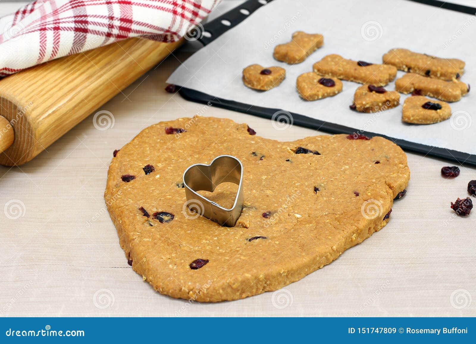 Psi ciastka ciasto robić z cranberries, serce kształtował z kierowym ciastko krajaczem Selekcyjna ostrość na ciastko krajaczu w c