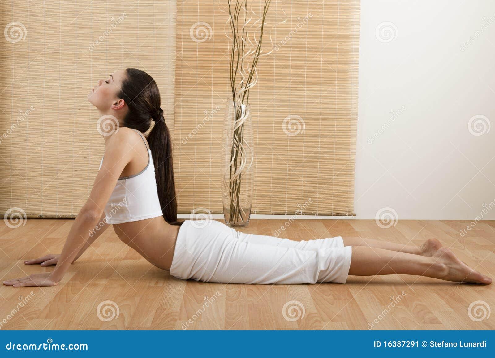 Psi robi pozyci oddolny kobiety joga