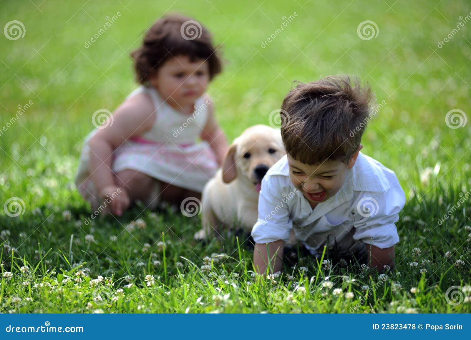 Psia chłopiec dziewczyna park