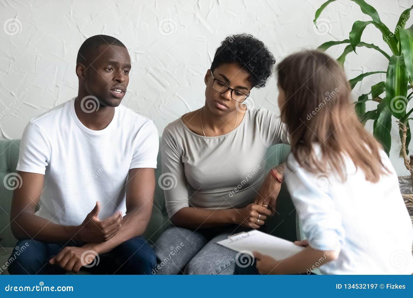 Psicólogo de visita dos pares afro-americanos novos infelizes