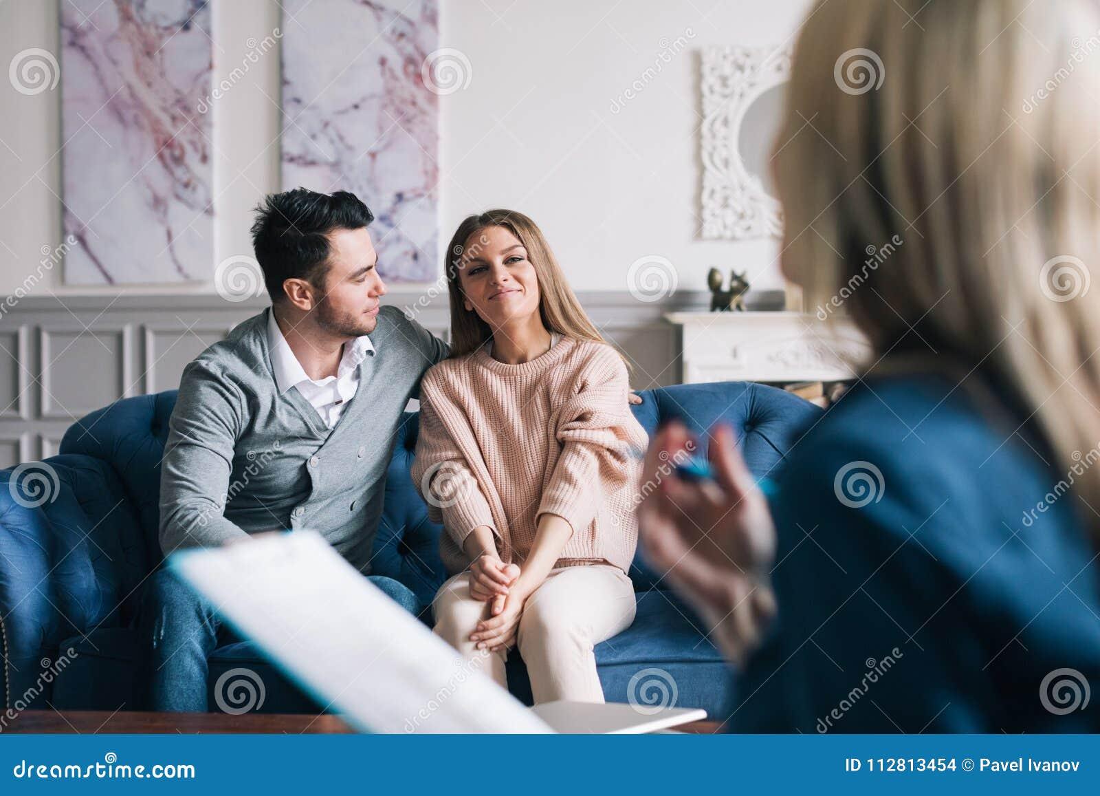 Psicólogo de visita dos pares novos bonitos e felizes para a assistência do relacionamento