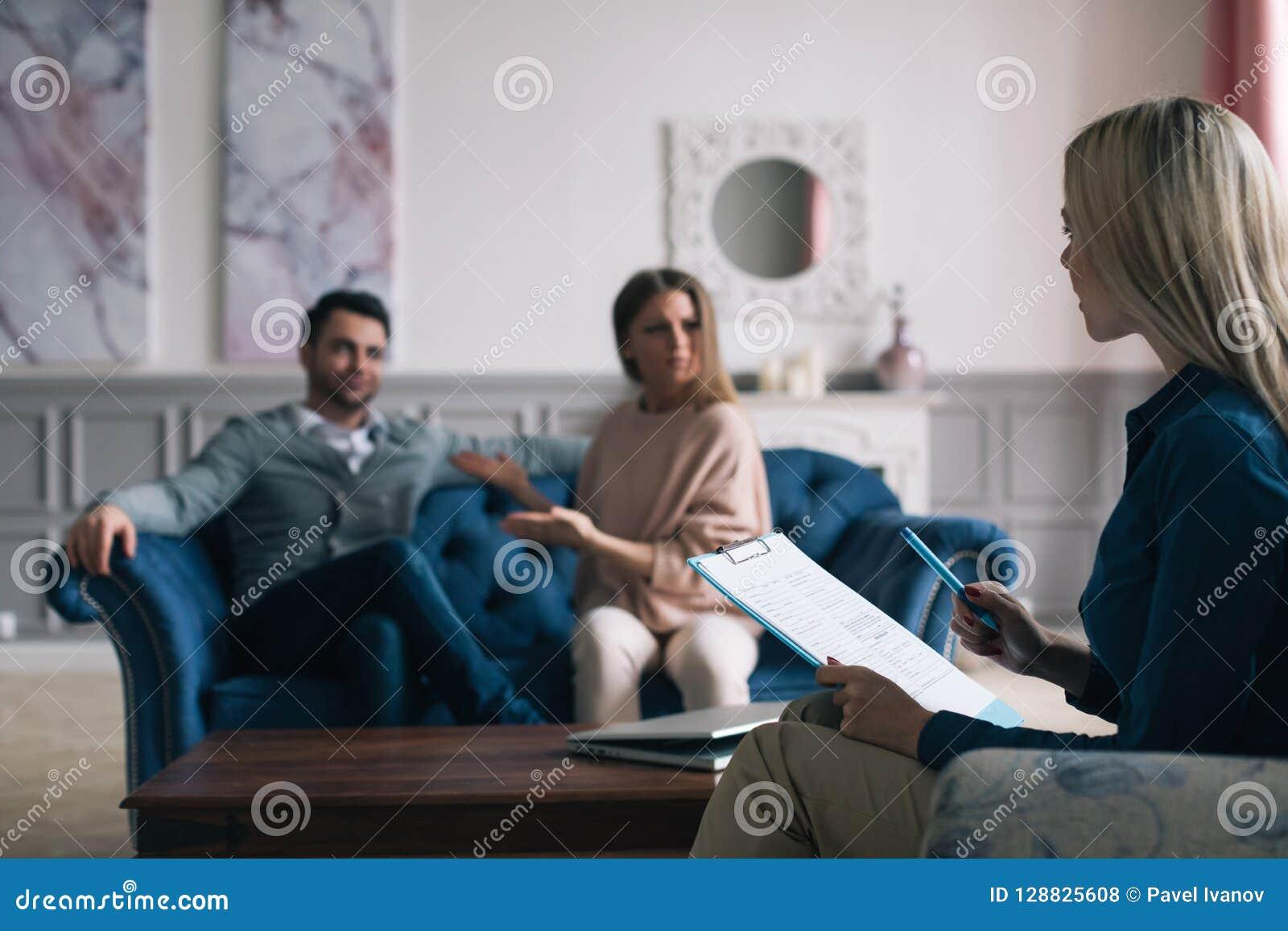 Psicólogo profissional que conduz uma consulta