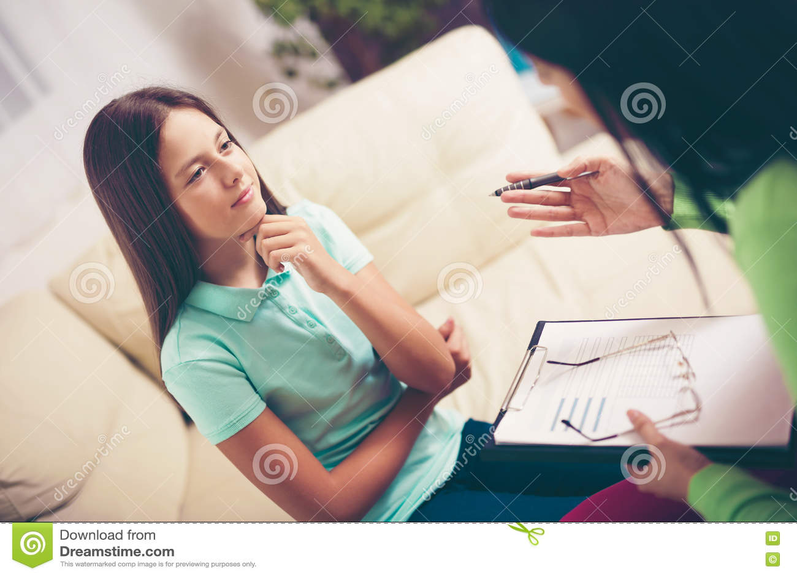 Psichiatra che diagnostica adolescente con il problema mentale