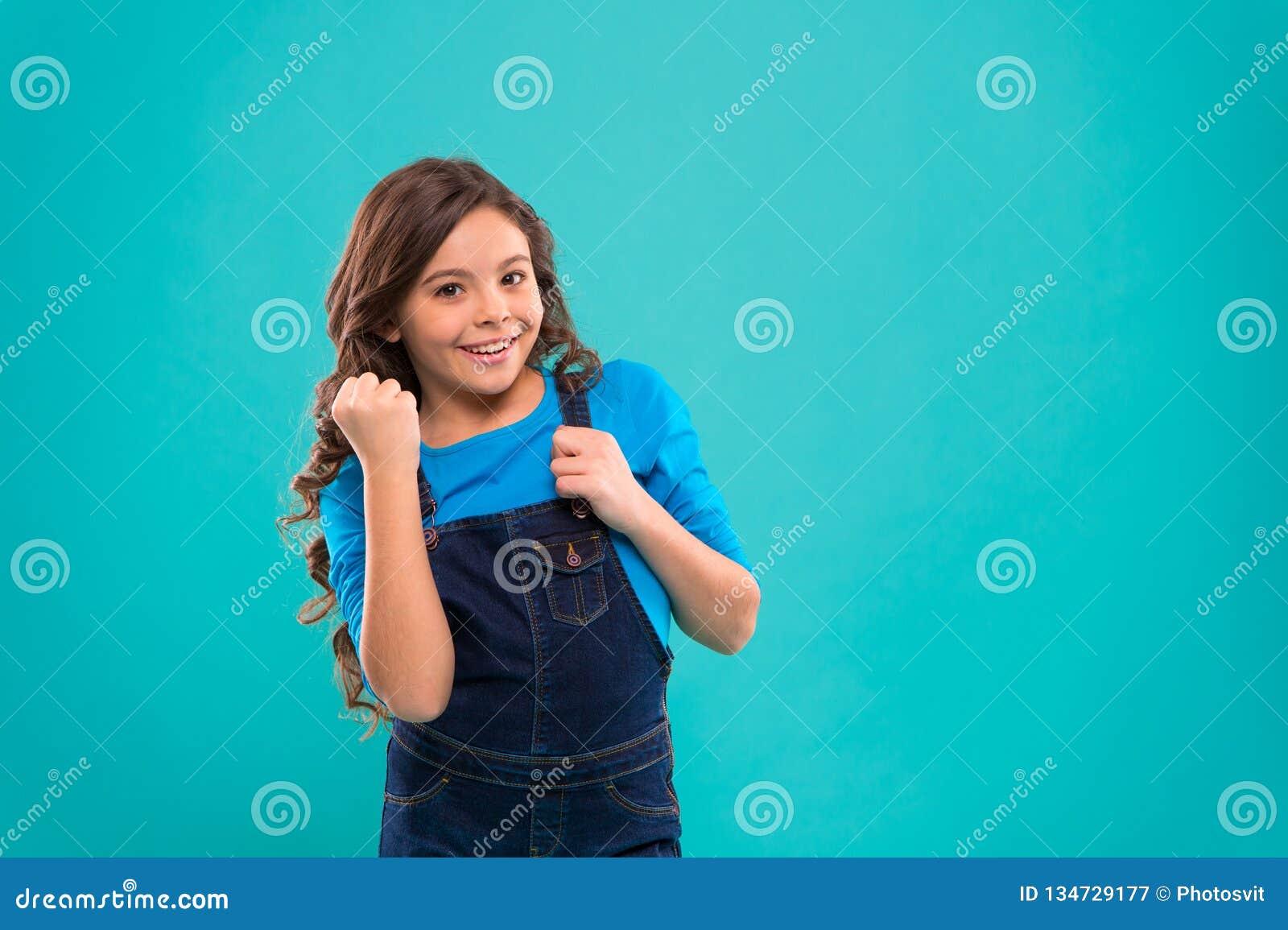 Psicologia e desenvolvimento de criança Vencedor feliz Criança feliz bem sucedida Consiga o sucesso A criança alegre comemora a v