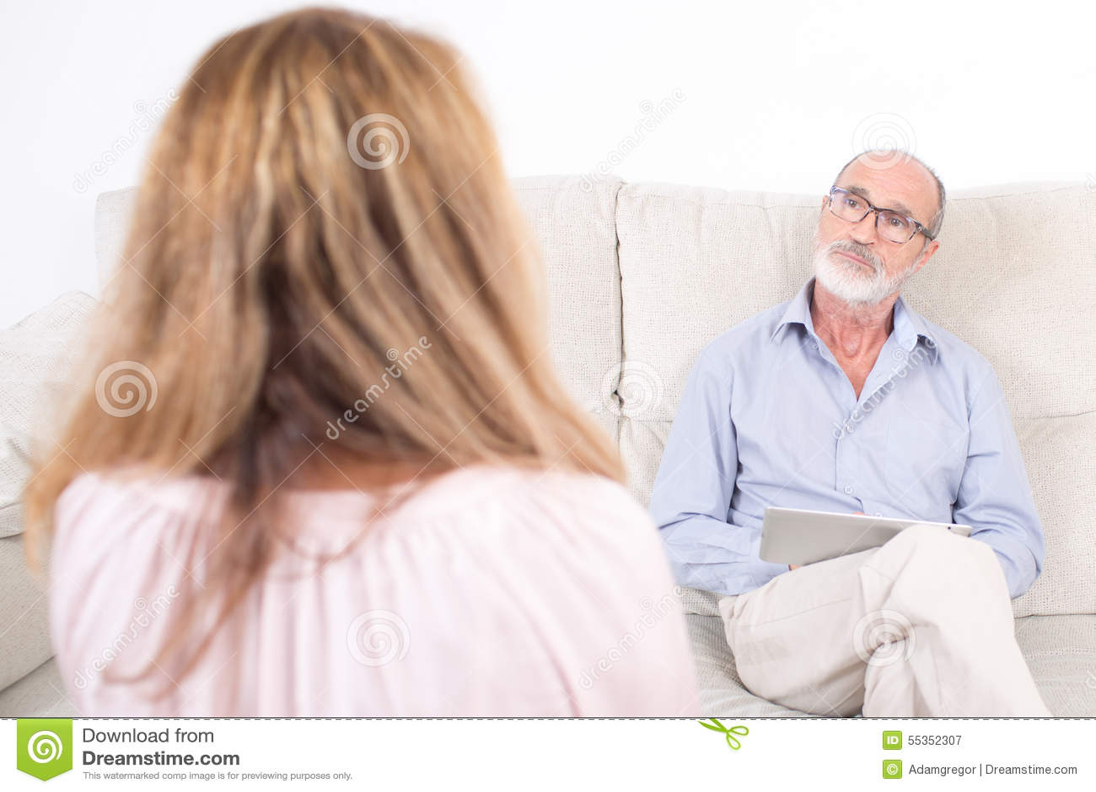 Psicologo che ascolta la donna anziana