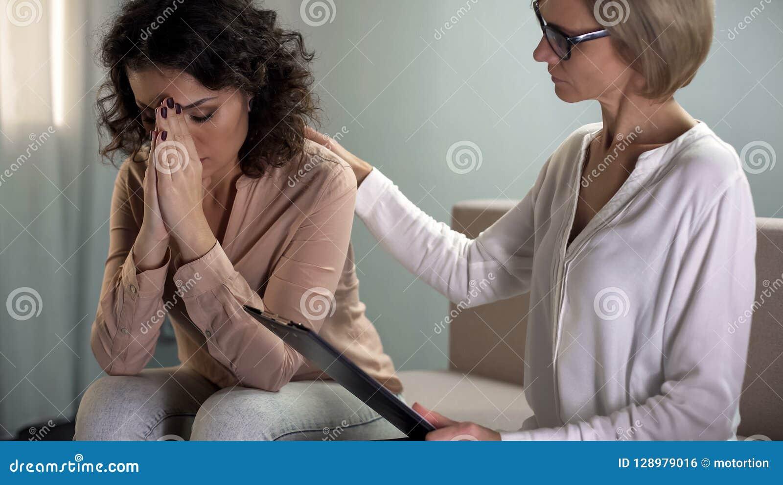 Psicologo femminile che conforta il paziente depresso della giovane signora, salute mentale