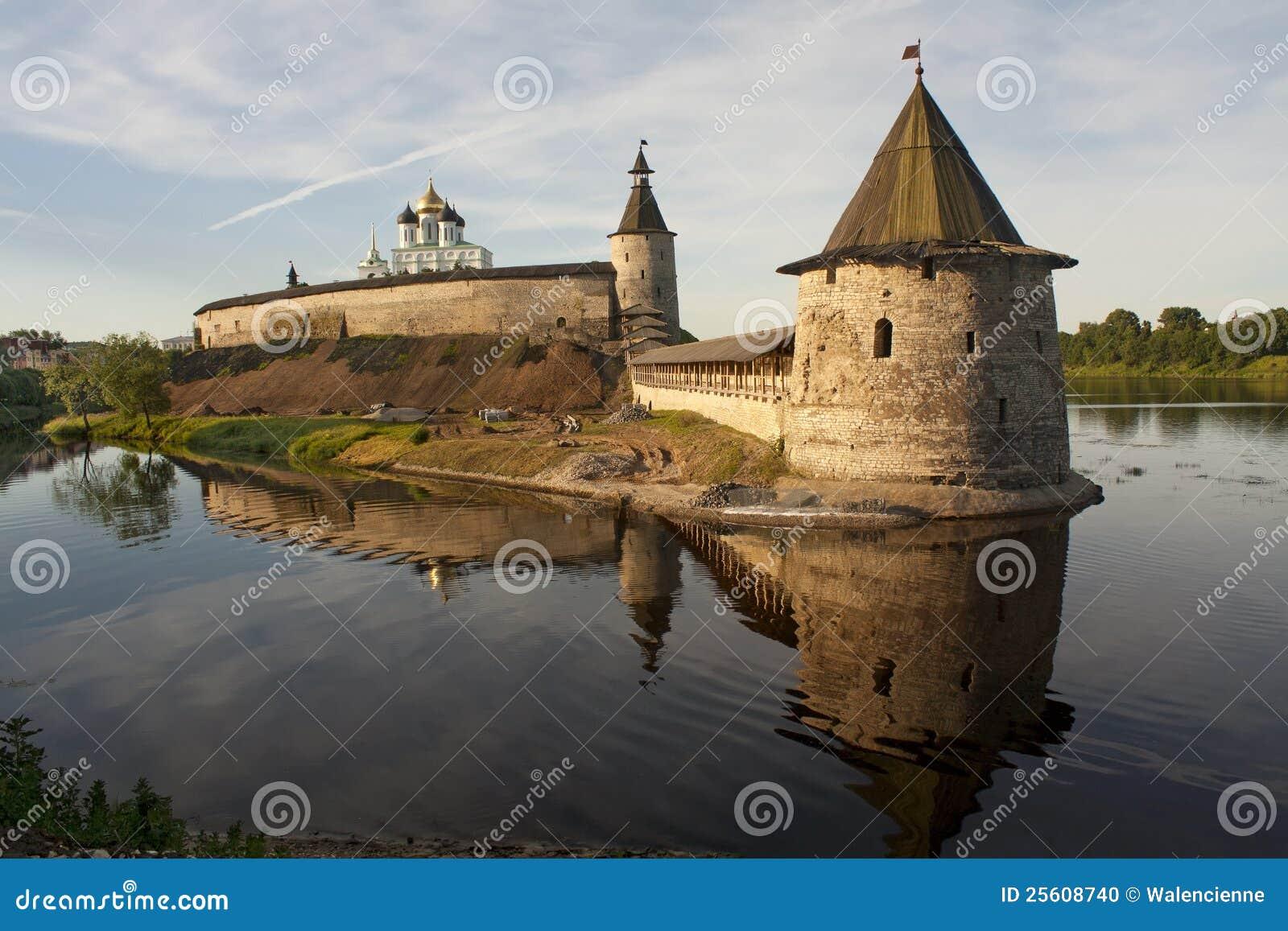 Pskov het Kremlin in de zomer