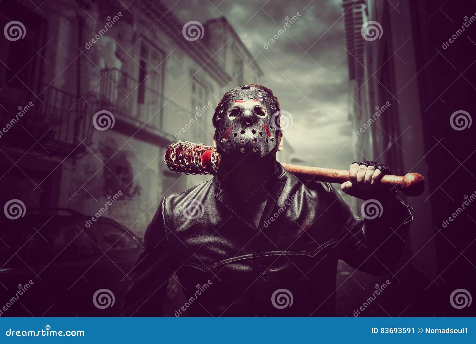 Psychischer Mann in der Hockeymaske mit blutigem Baseballschläger