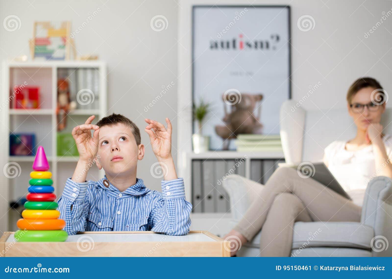 Psychologe, autistischen Jungen beobachtend