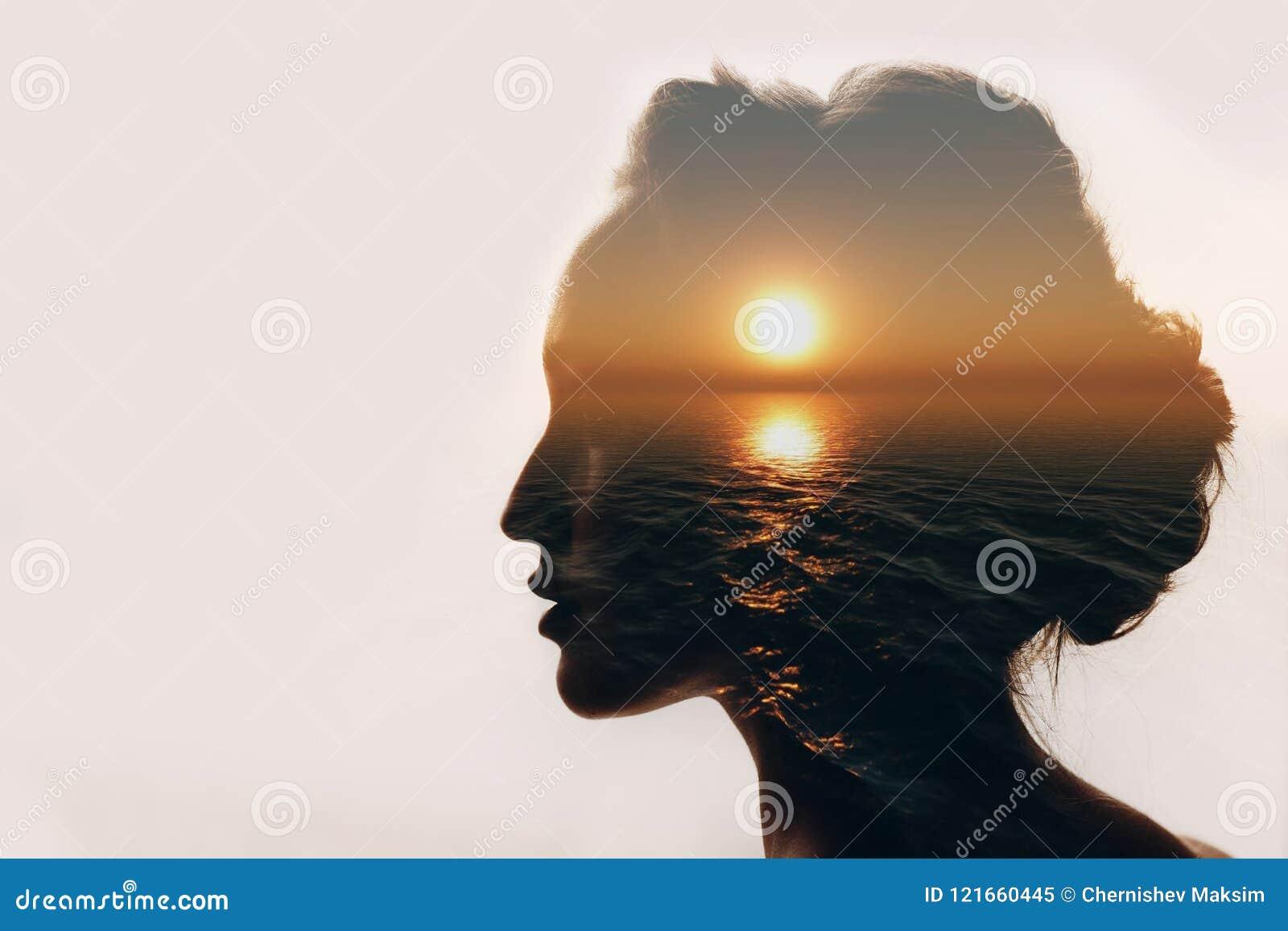 Psychologii pojęcie Wschód słońca i kobiety sylwetka