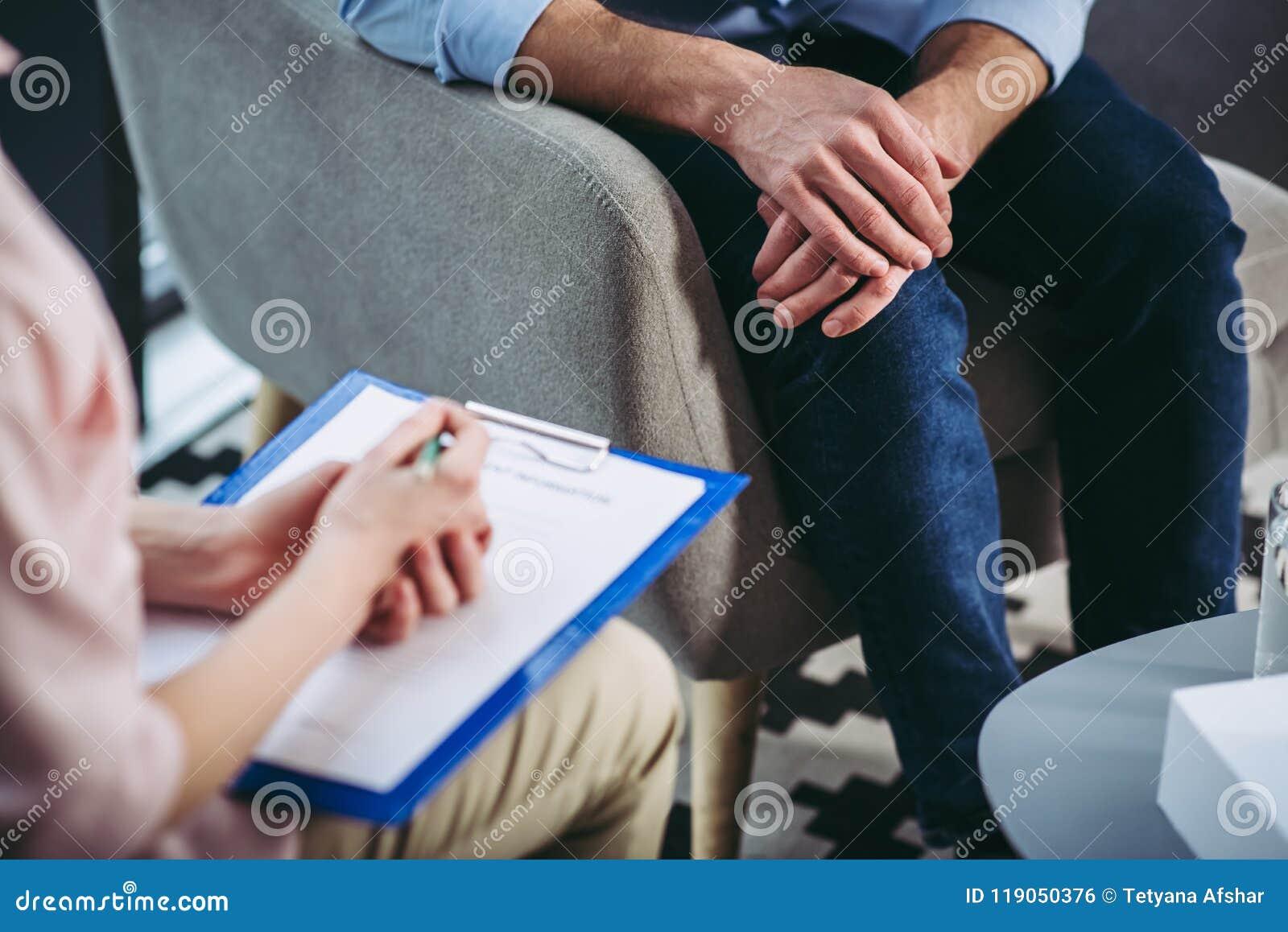 Psychologue faisant des notes