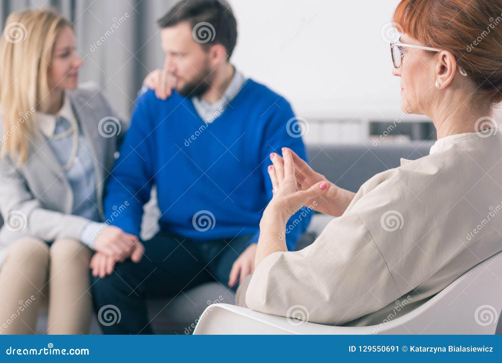Psycholoog die gelukkig echtpaar bekijken