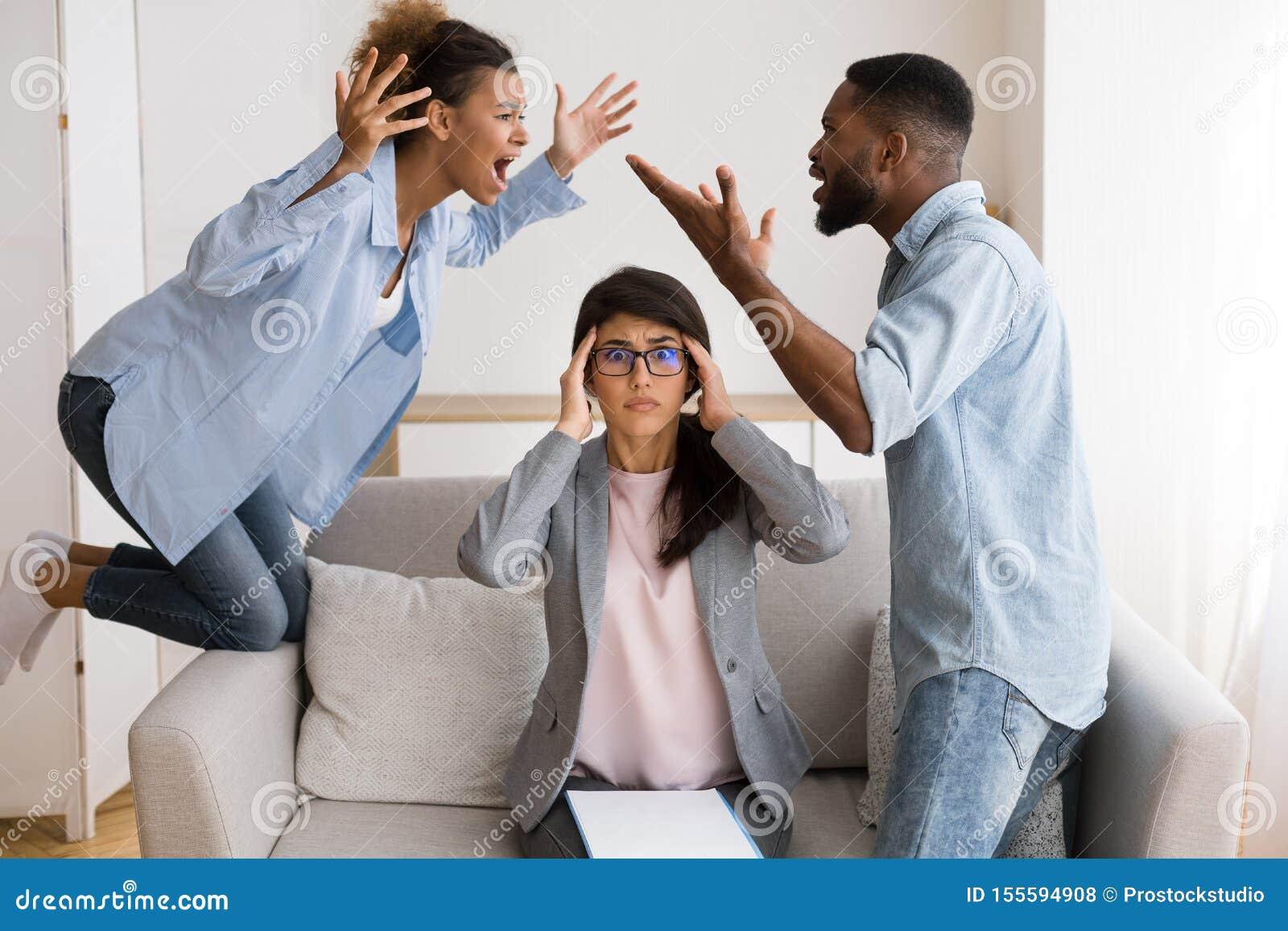 Psychothérapeute choqué observant les conjoints noirs crier et se blâmer