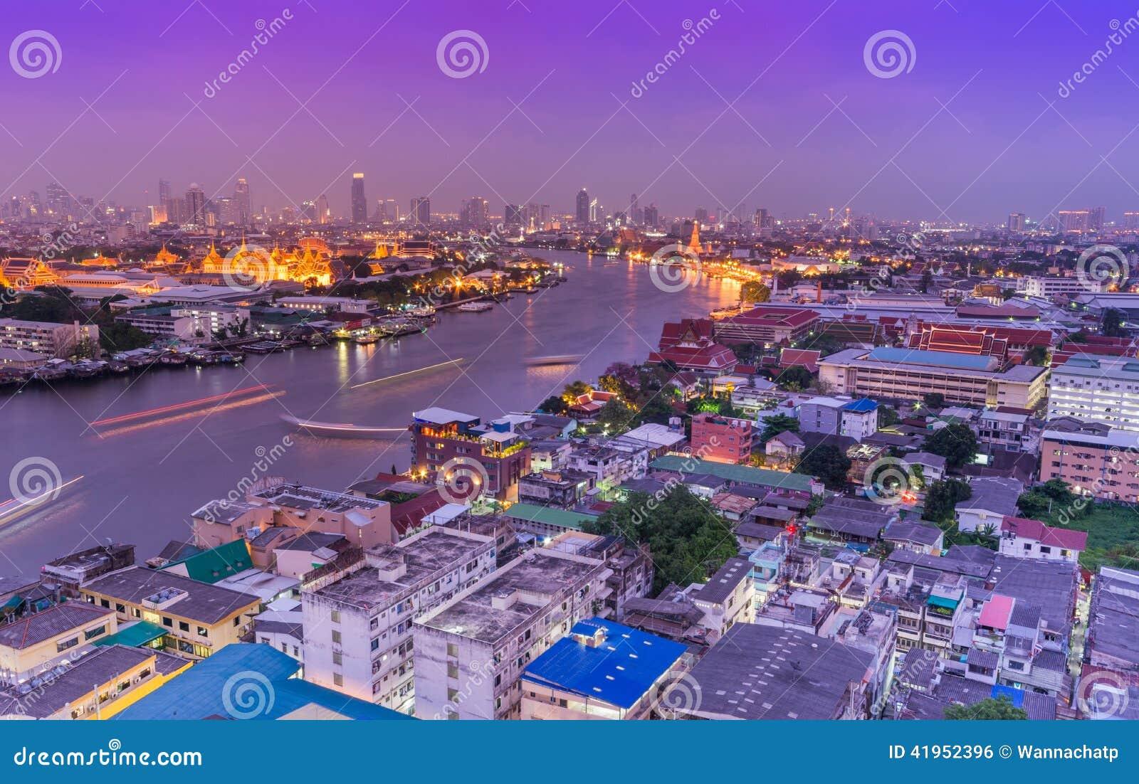 Ptaka oka widok Bangkok miasto i magistrali rzeka przy nocą