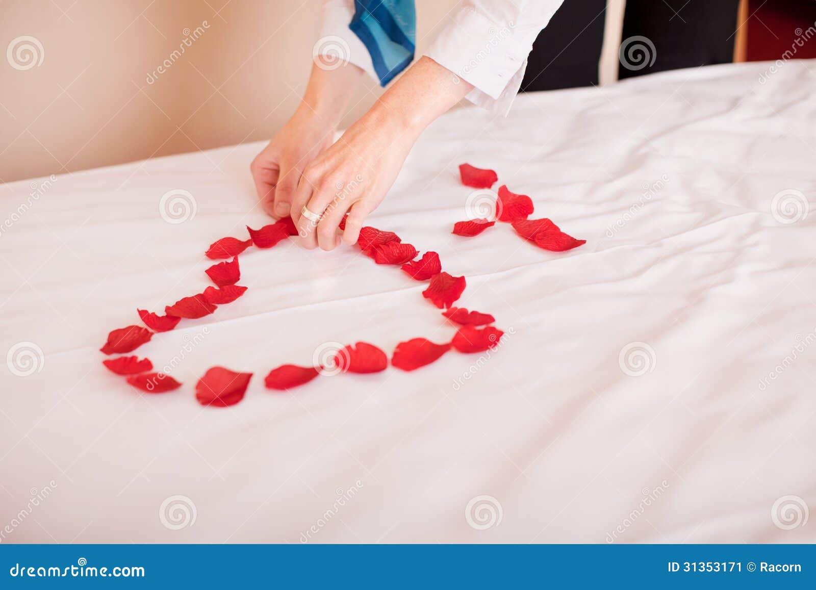 p tales de mains dans la forme de coeur sur le lit image stock image 31353171. Black Bedroom Furniture Sets. Home Design Ideas