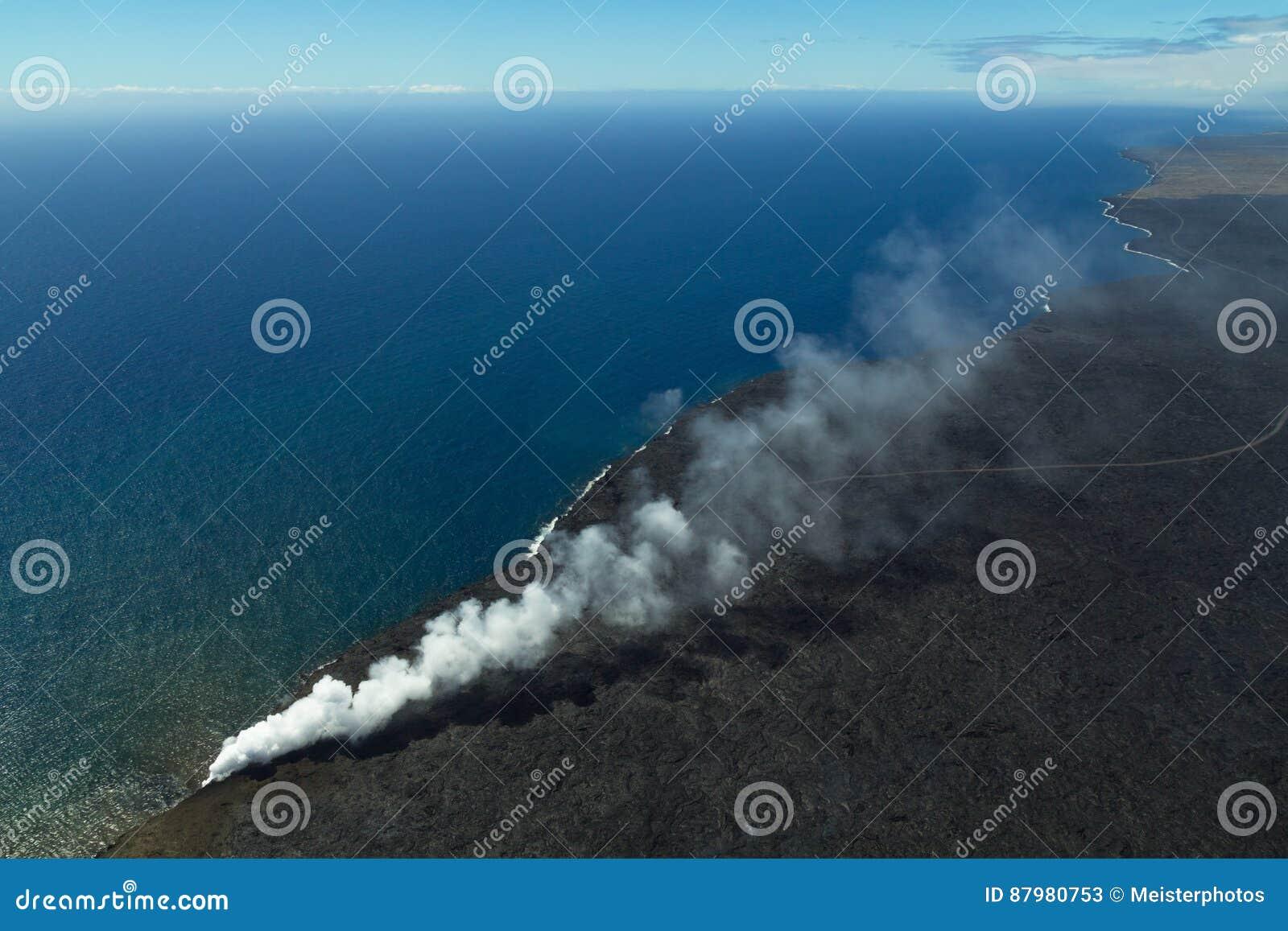 Ptasi ` s oka widok Hawaje wybrzeże przy wulkanu parkiem narodowym