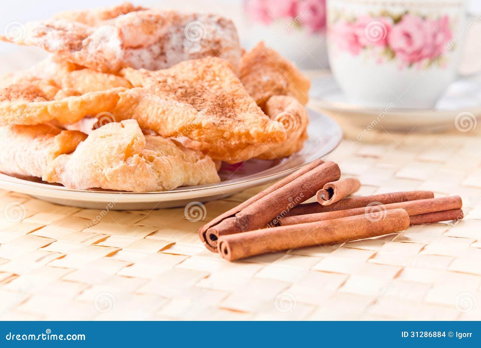 Pâtisserie avec du sucre et la cannelle