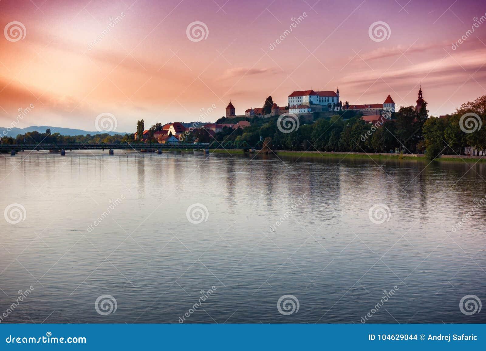 Download Ptuj, Slovenië, Panoramisch Schot Van Oudste Stad In Slovenië Stock Foto - Afbeelding bestaande uit blauw, kleur: 104629044
