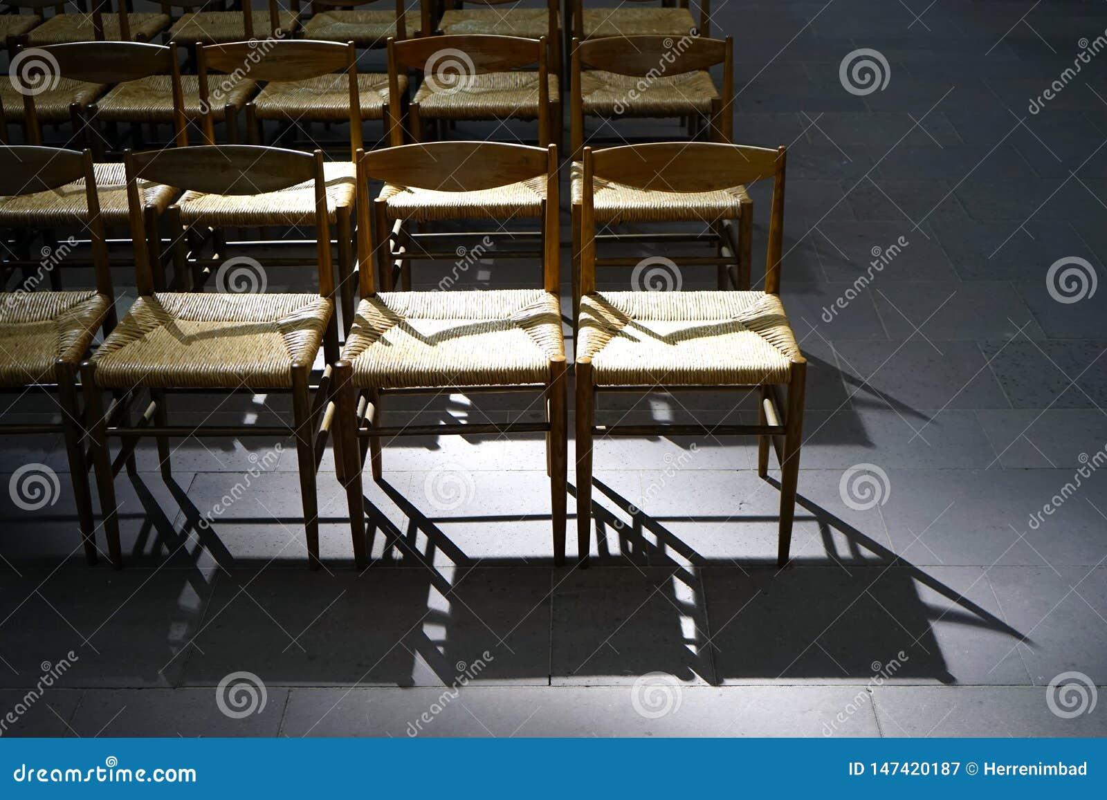 Puści kościół krzesła