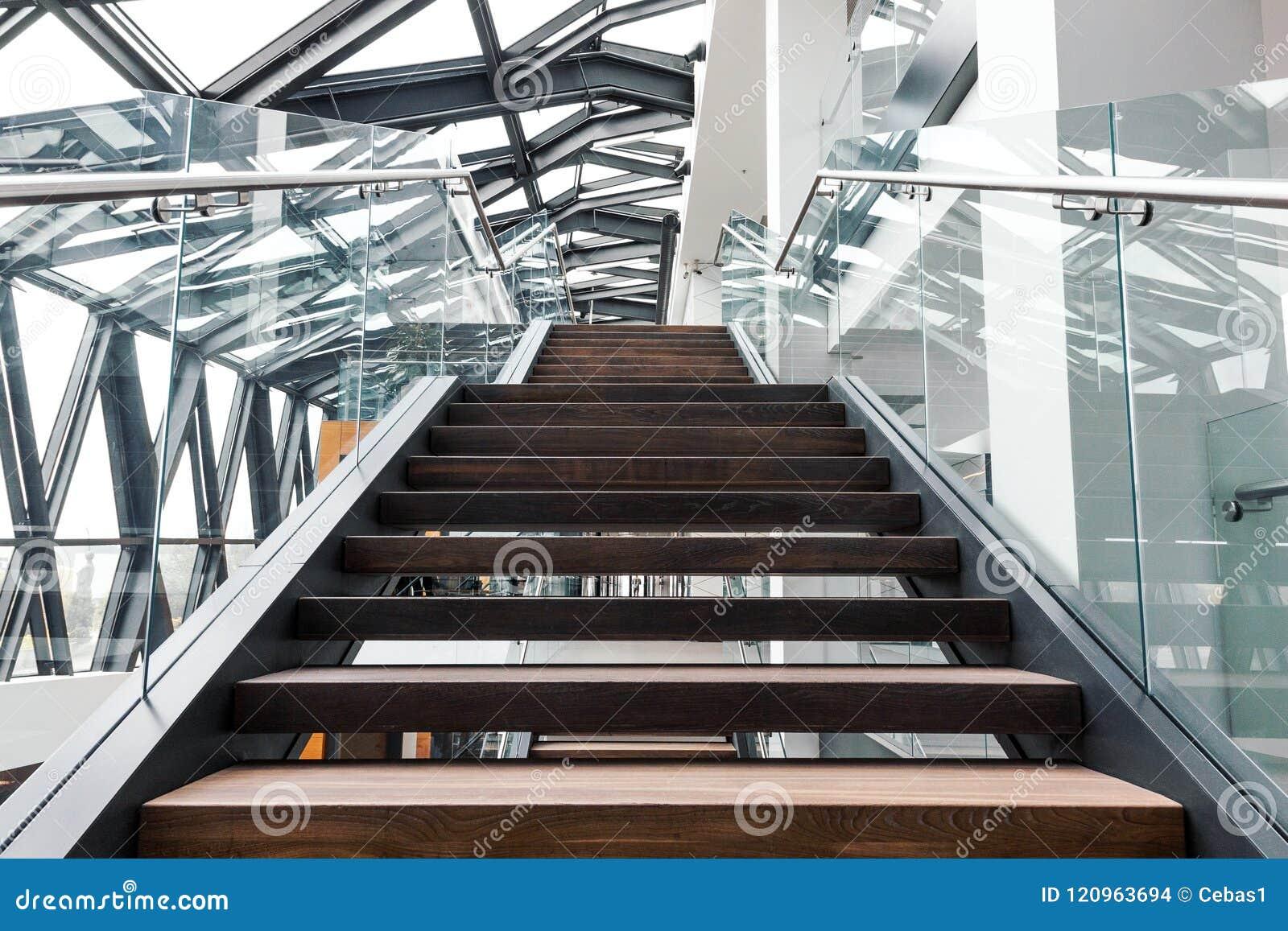 Puści schodki w nowożytnym budynku biurowego wnętrzu