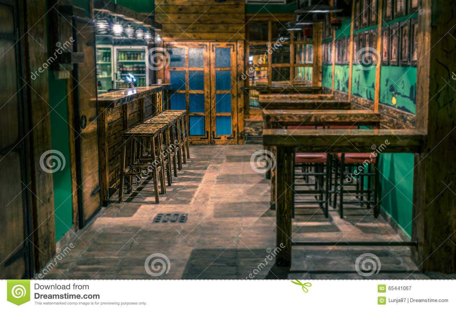 Pub dannata con gli sgabelli da bar a fuoco immagine stock