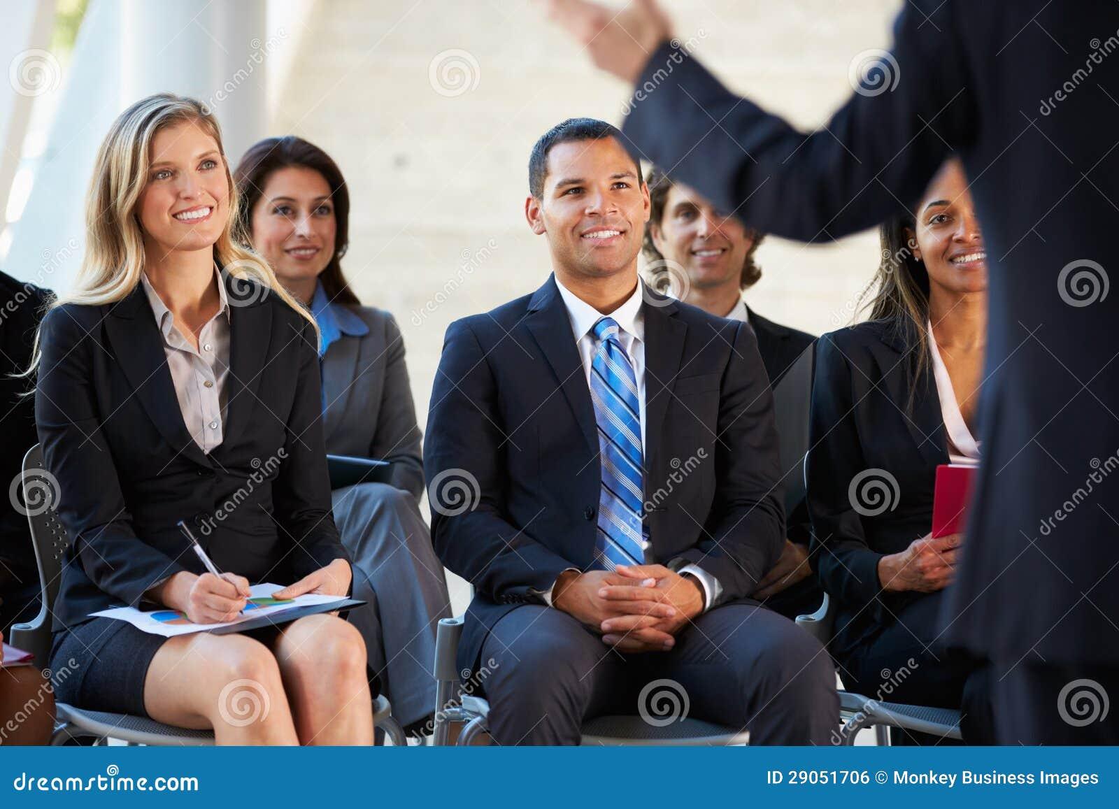 Pubblico che ascolta la presentazione alla conferenza
