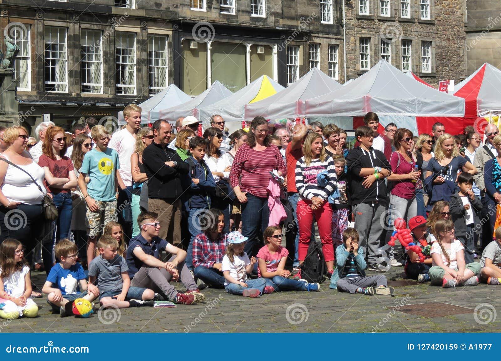 Pubblico di festival della frangia a Edimburgo
