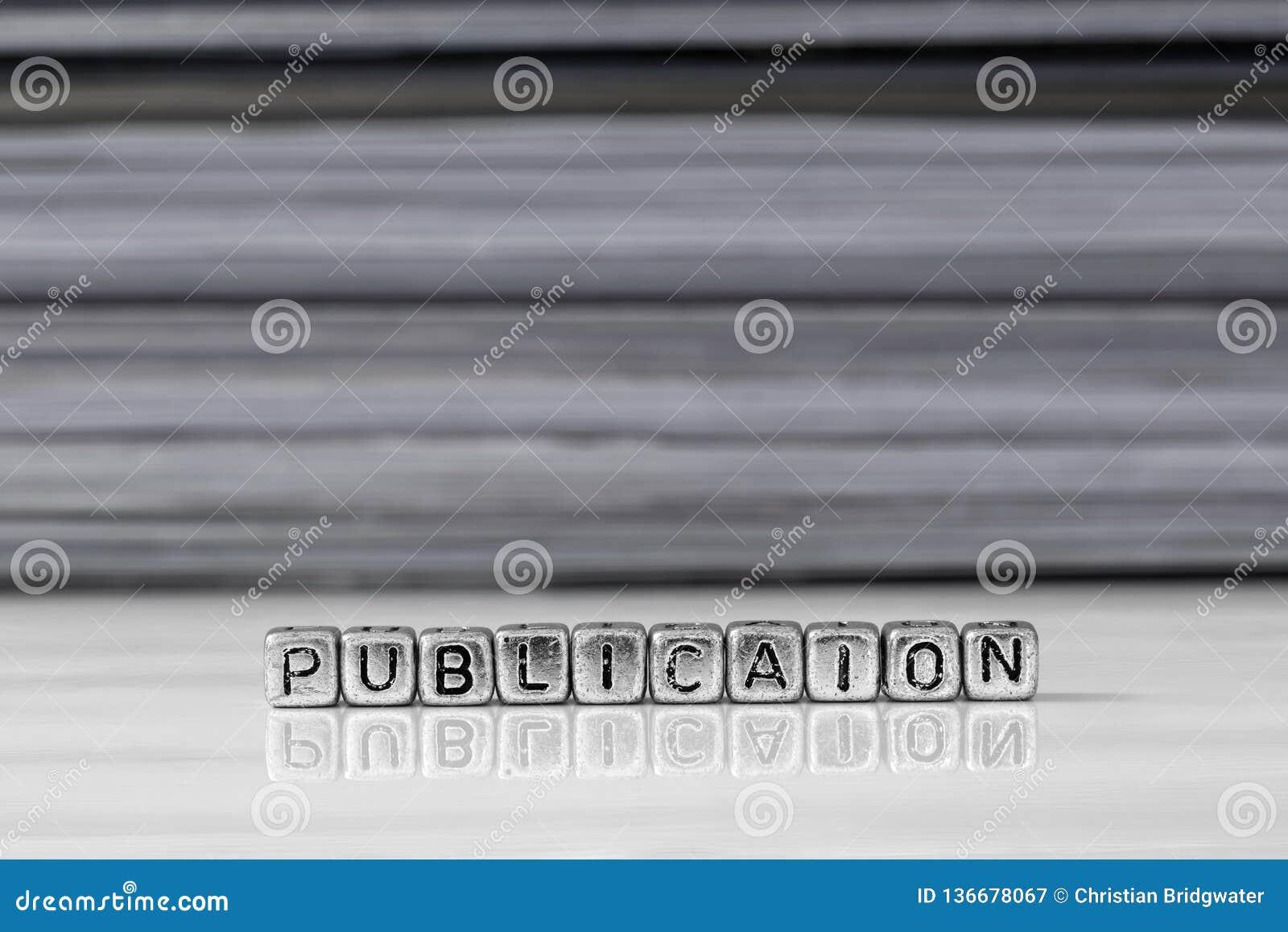 Publicatie op parels met tijdschriften op de achtergrond worden gestapeld die