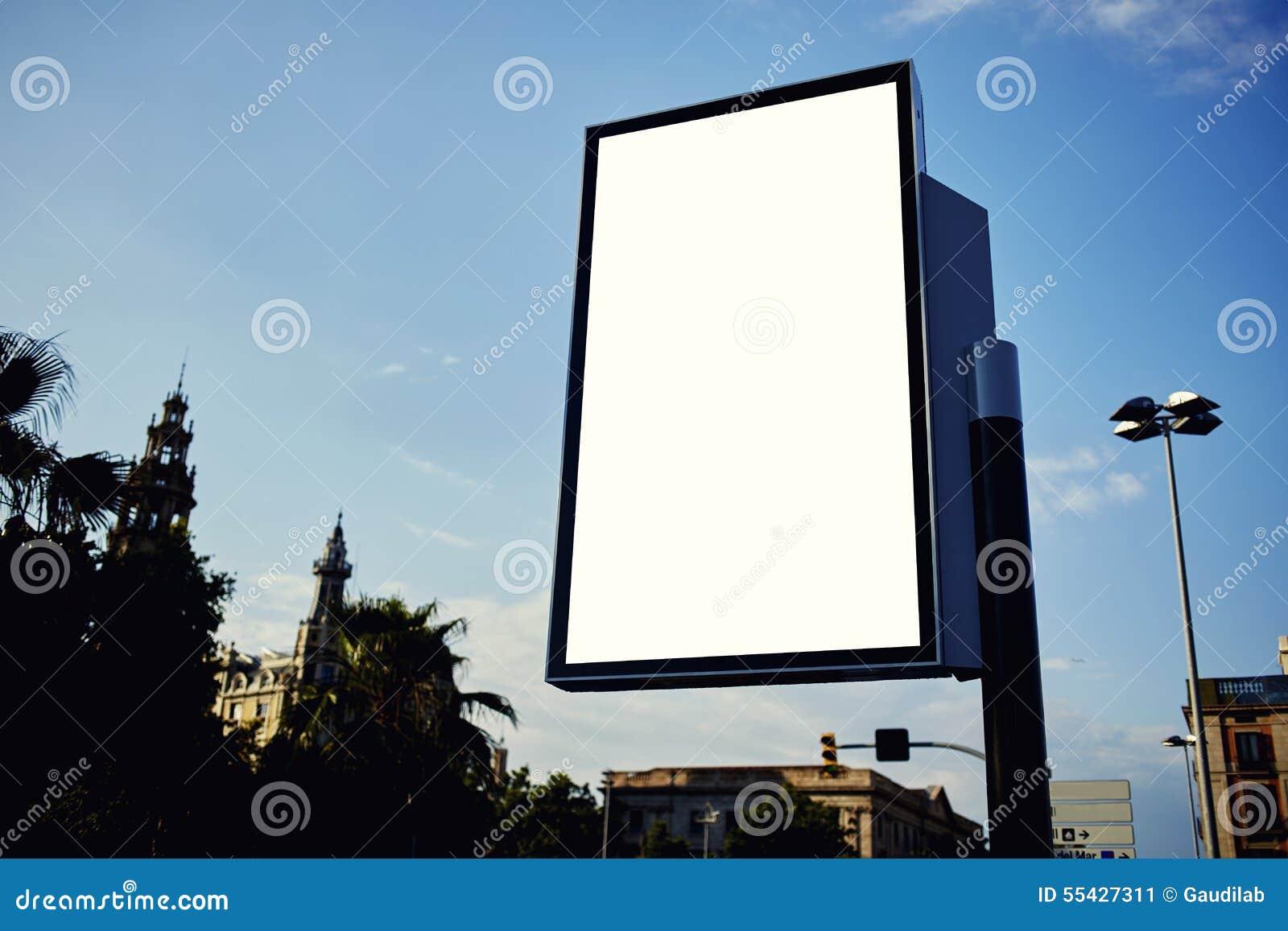 Publicidad de la bandera vacía ascendente falsa en ciudad metropolitana en el día soleado hermoso