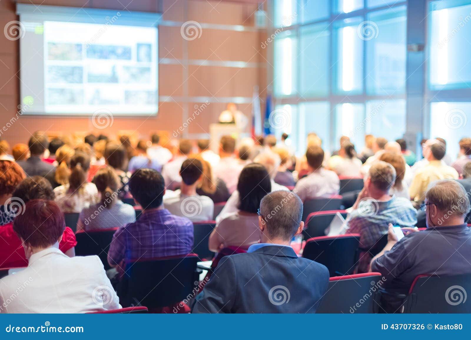 Publiek bij de conferentiezaal