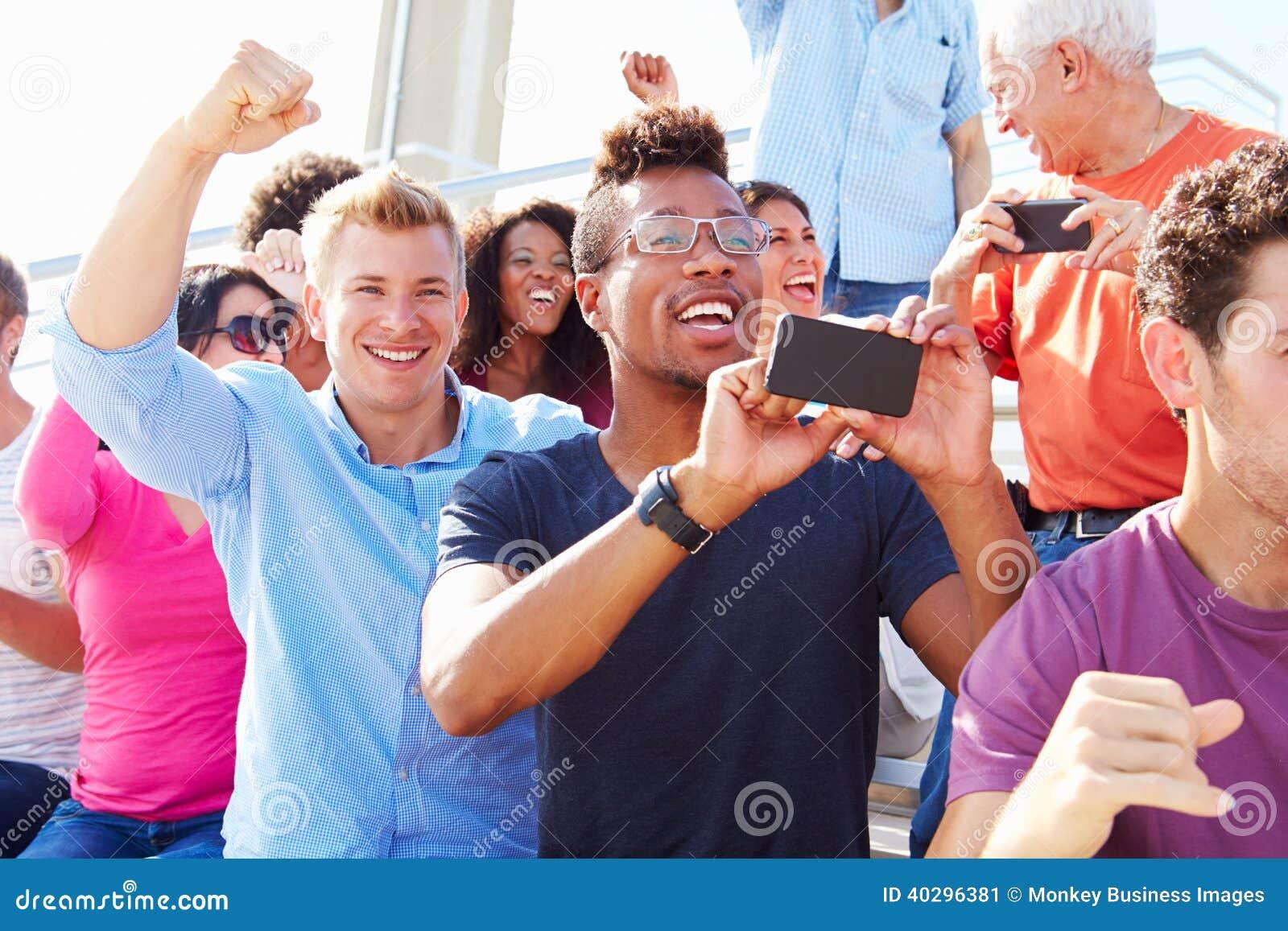 Publiek die bij Openluchtoverlegprestaties toejuichen
