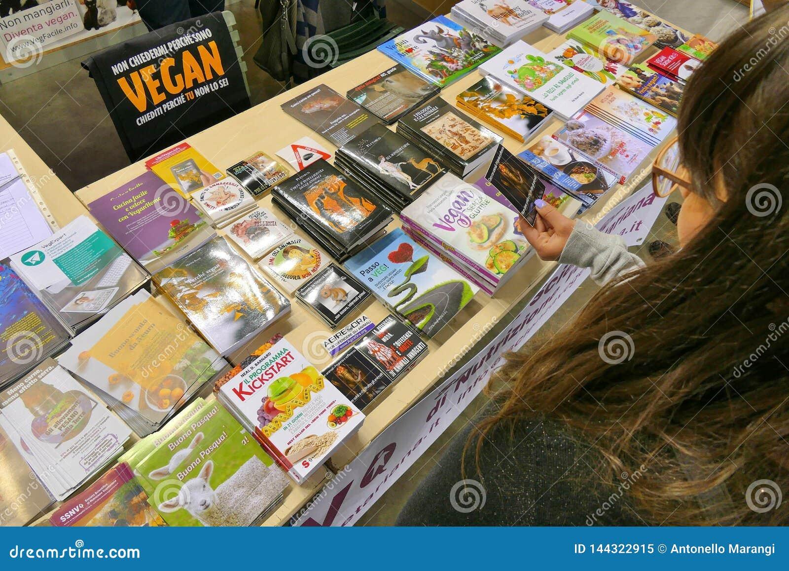 Publikacje na weganinu temacie przy produktu jarmarkiem dokąd rolnicy i firmy pokazują ich produkty konsumenci