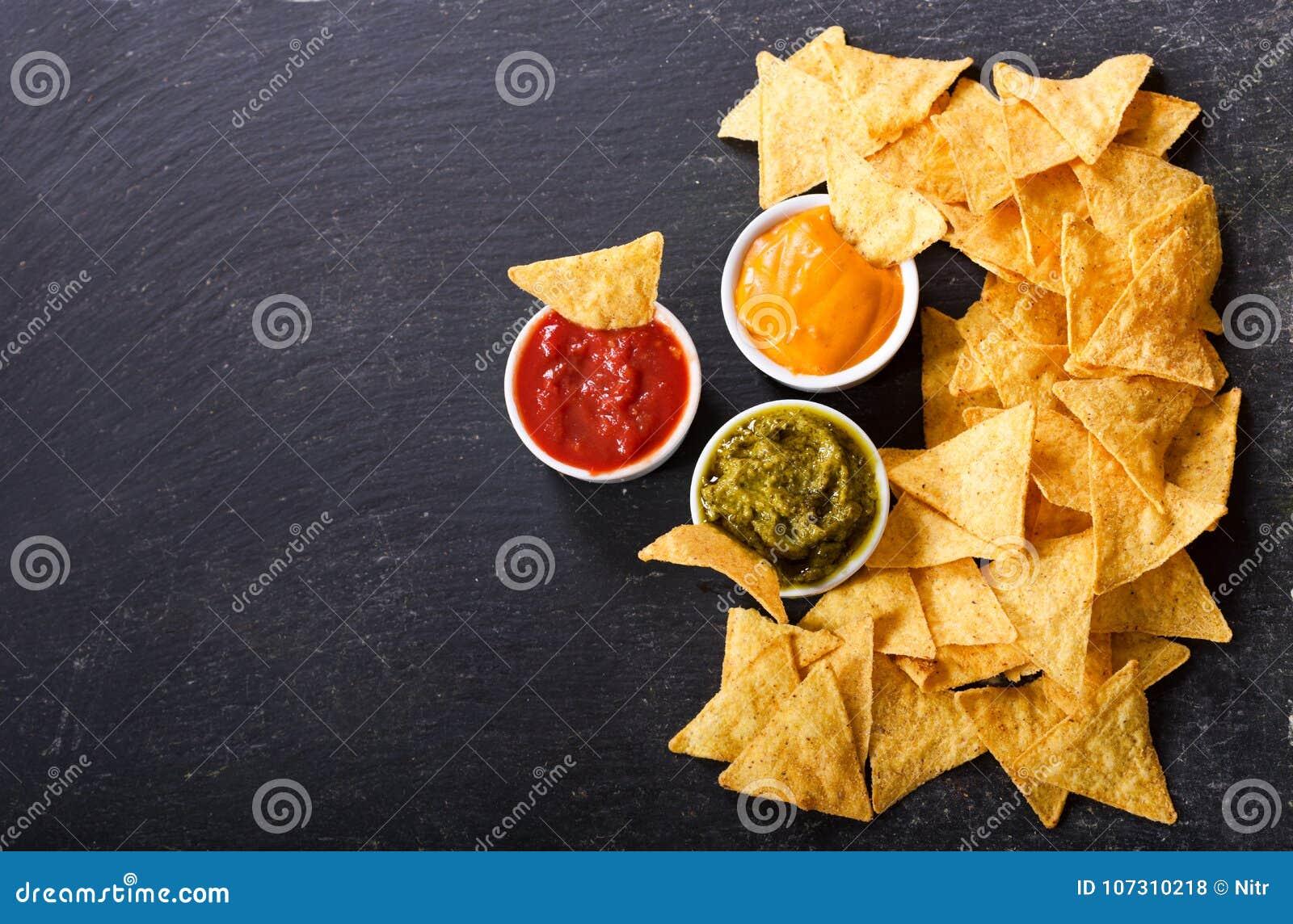 Puces de maïs mexicaines de nachos avec l immersion de guacamole, de Salsa et de fromage