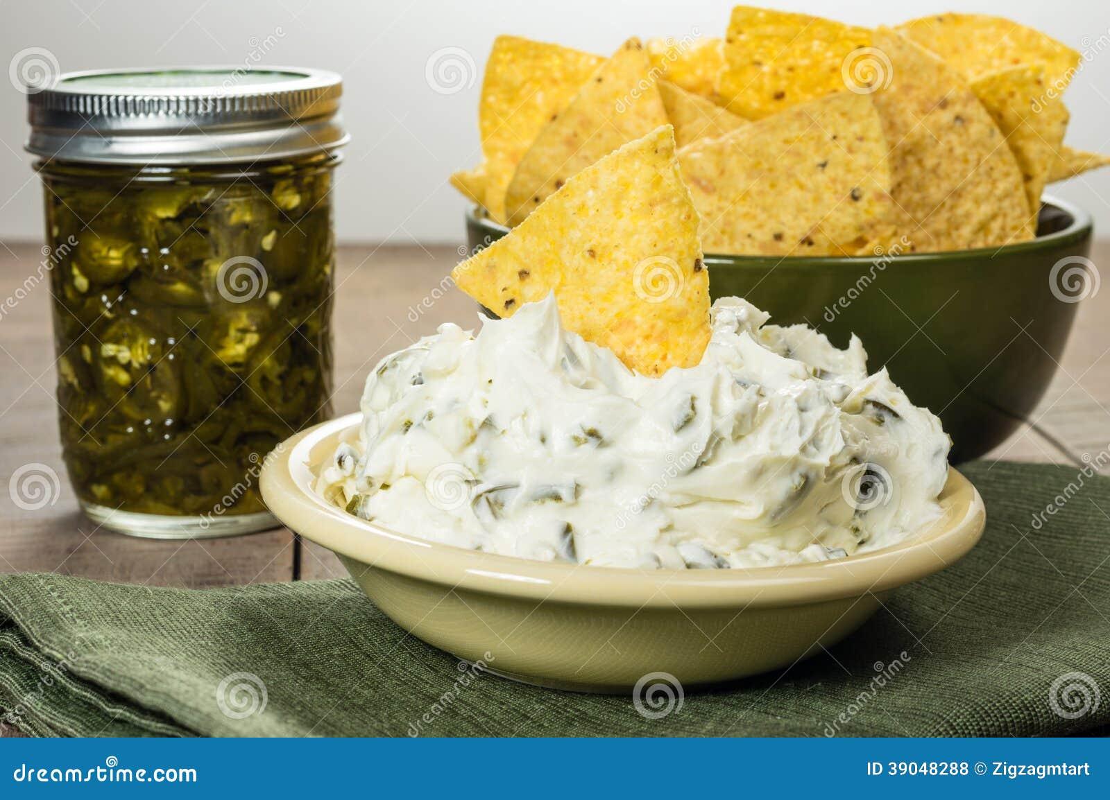 Puces de Nacho avec l immersion de fromage fondu
