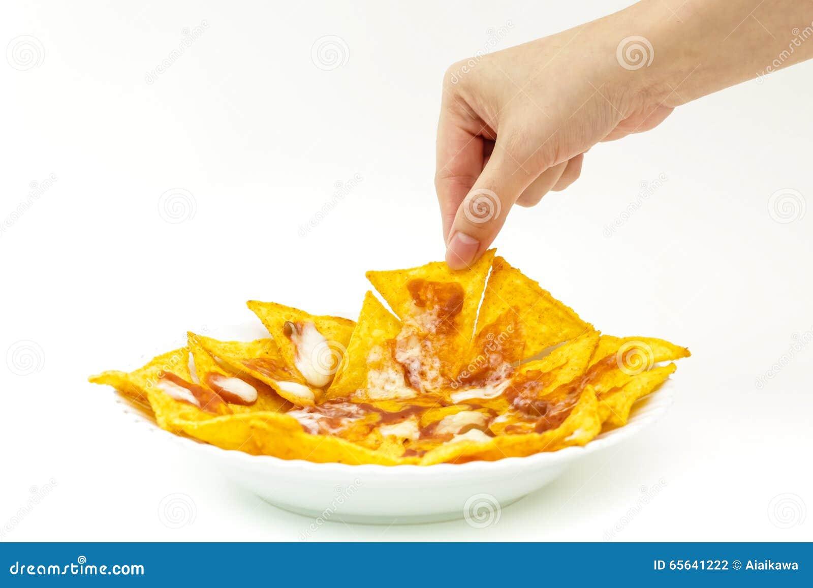 Puces de tortila de Pincking couvertes du fromage (Nachos) de d blanc