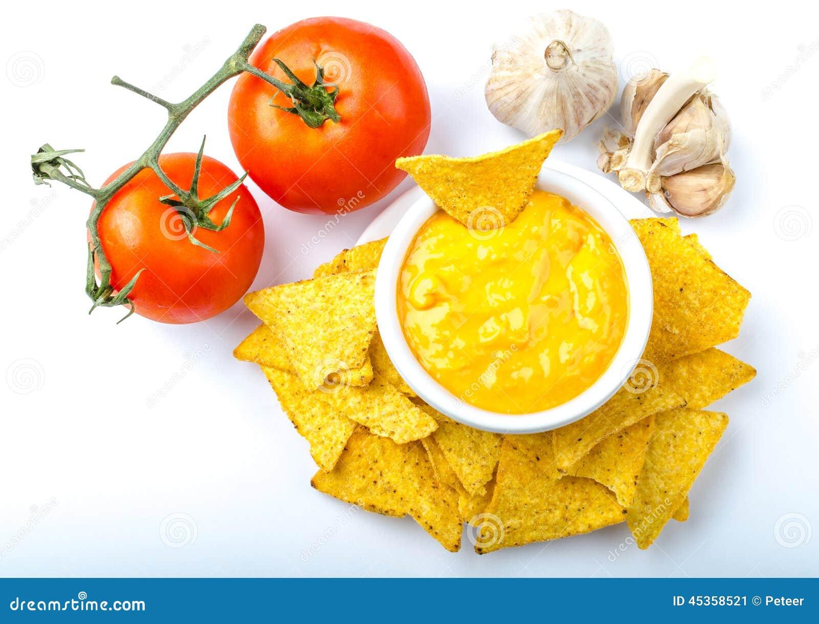 Puces de tortilla avec l immersion de tomate et de fromage-ail