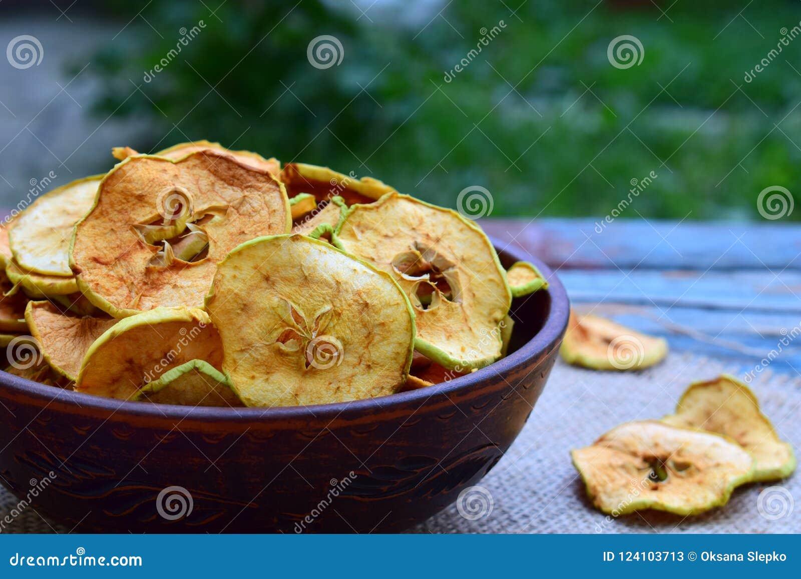 Puces organiques de pomme Fruits secs Casse-croûte doux sain Nourriture déshydratée et crue Copiez l espace