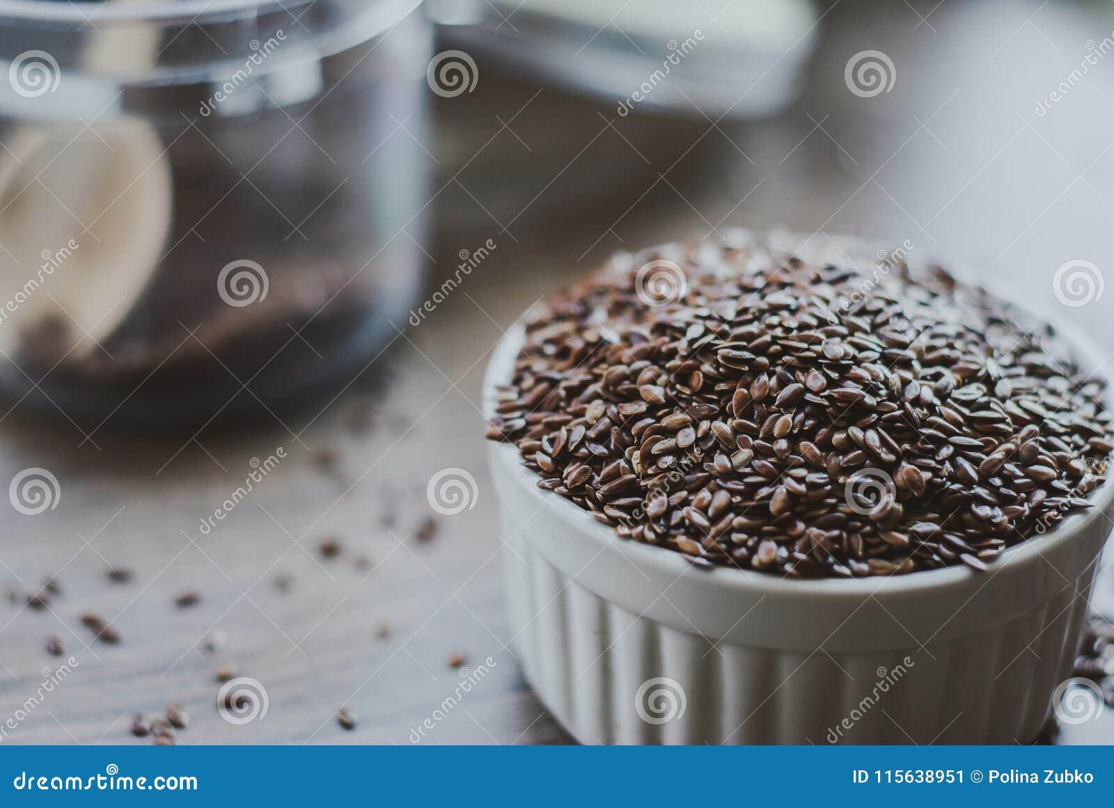 Puchar pełno brown linseed lub flaxseed