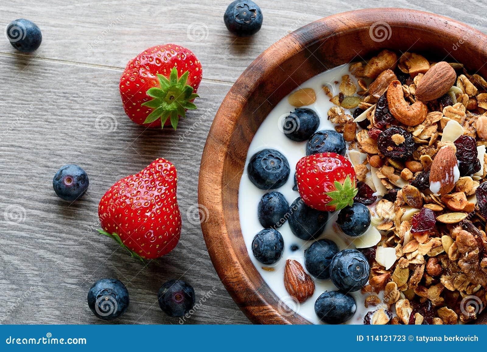 Puchar zdrowy śniadanie: granola z jogurtem i świeżymi jagodami