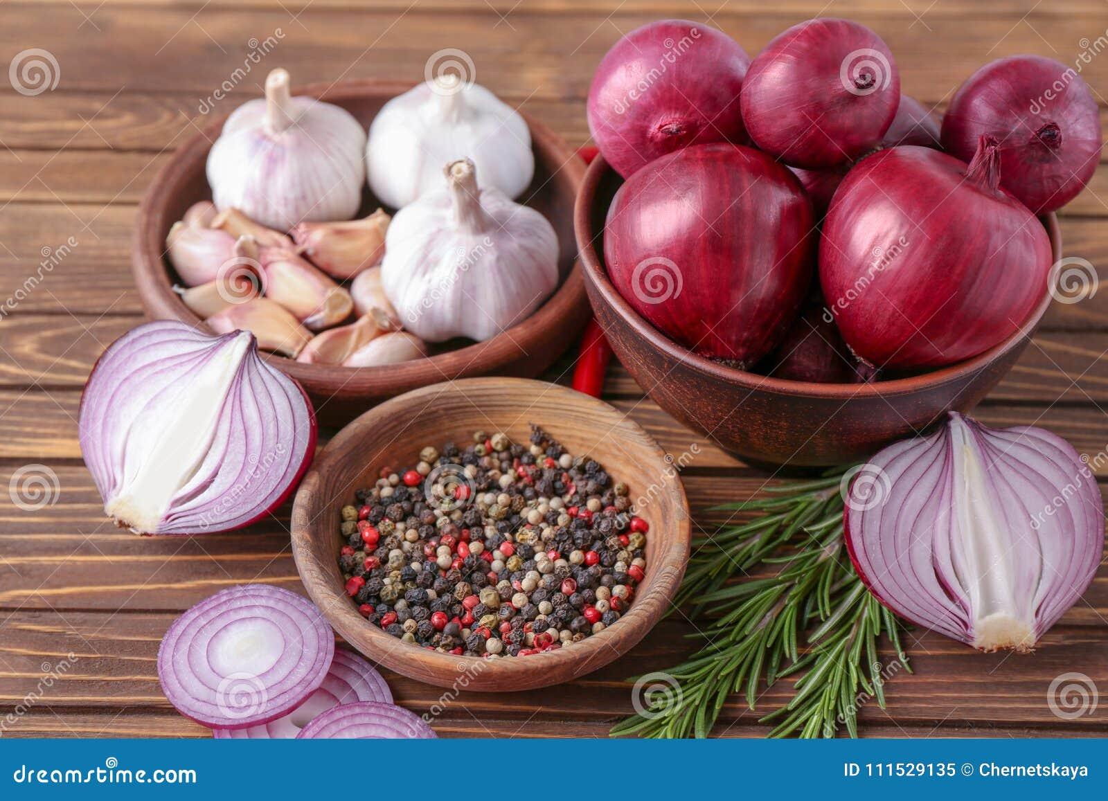 Puchary z czerwoną cebulą, czosnek