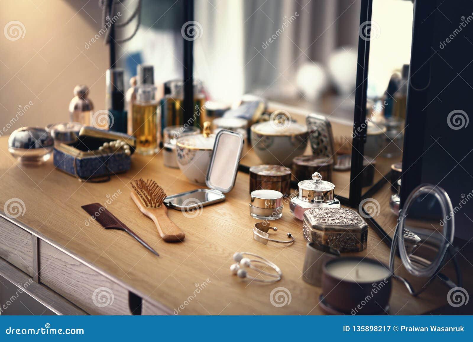 Pudełka i butelki na opatrunkowym stole