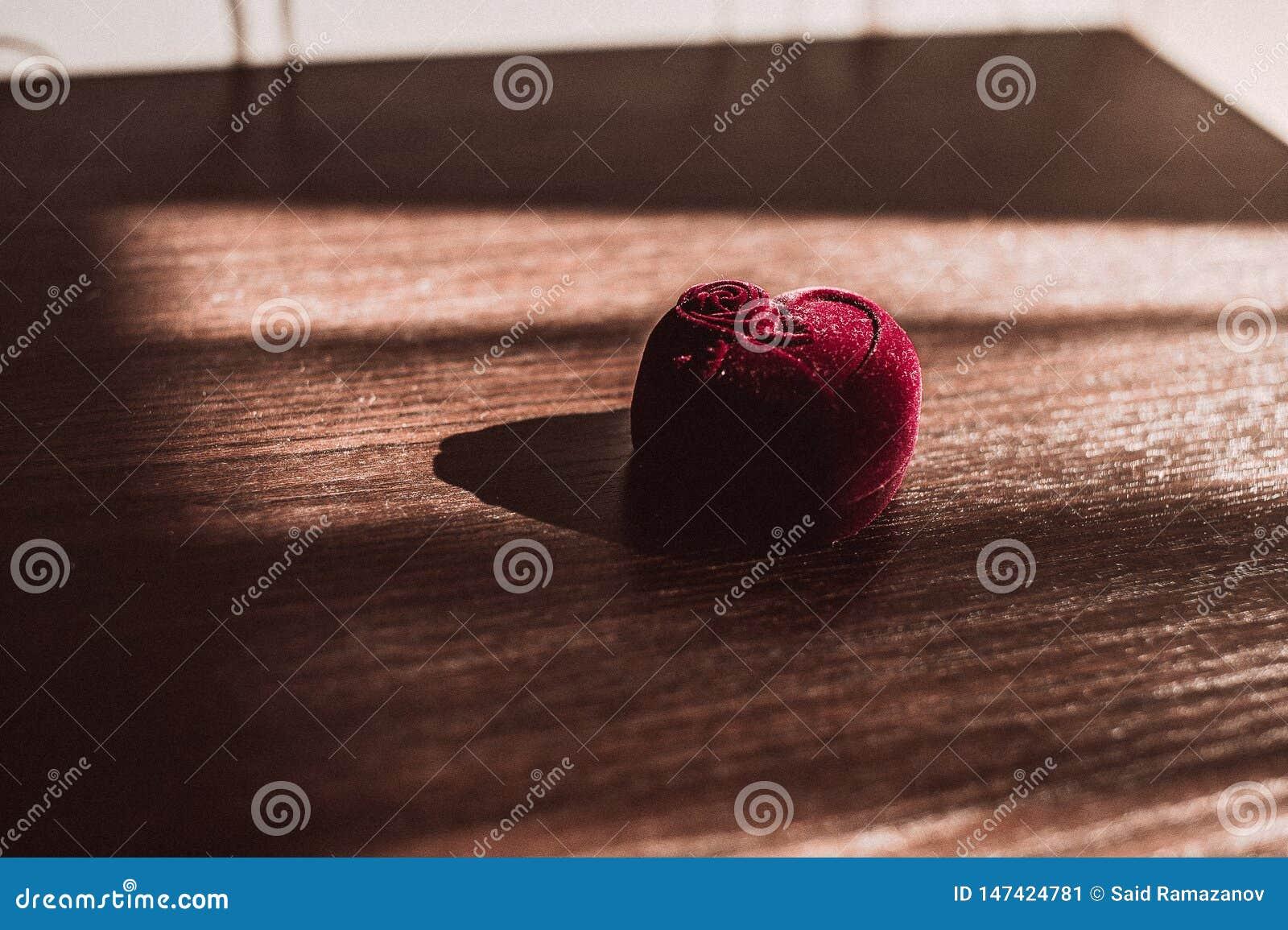 Pudełko dla obrączek ślubnych na drewnianym stole