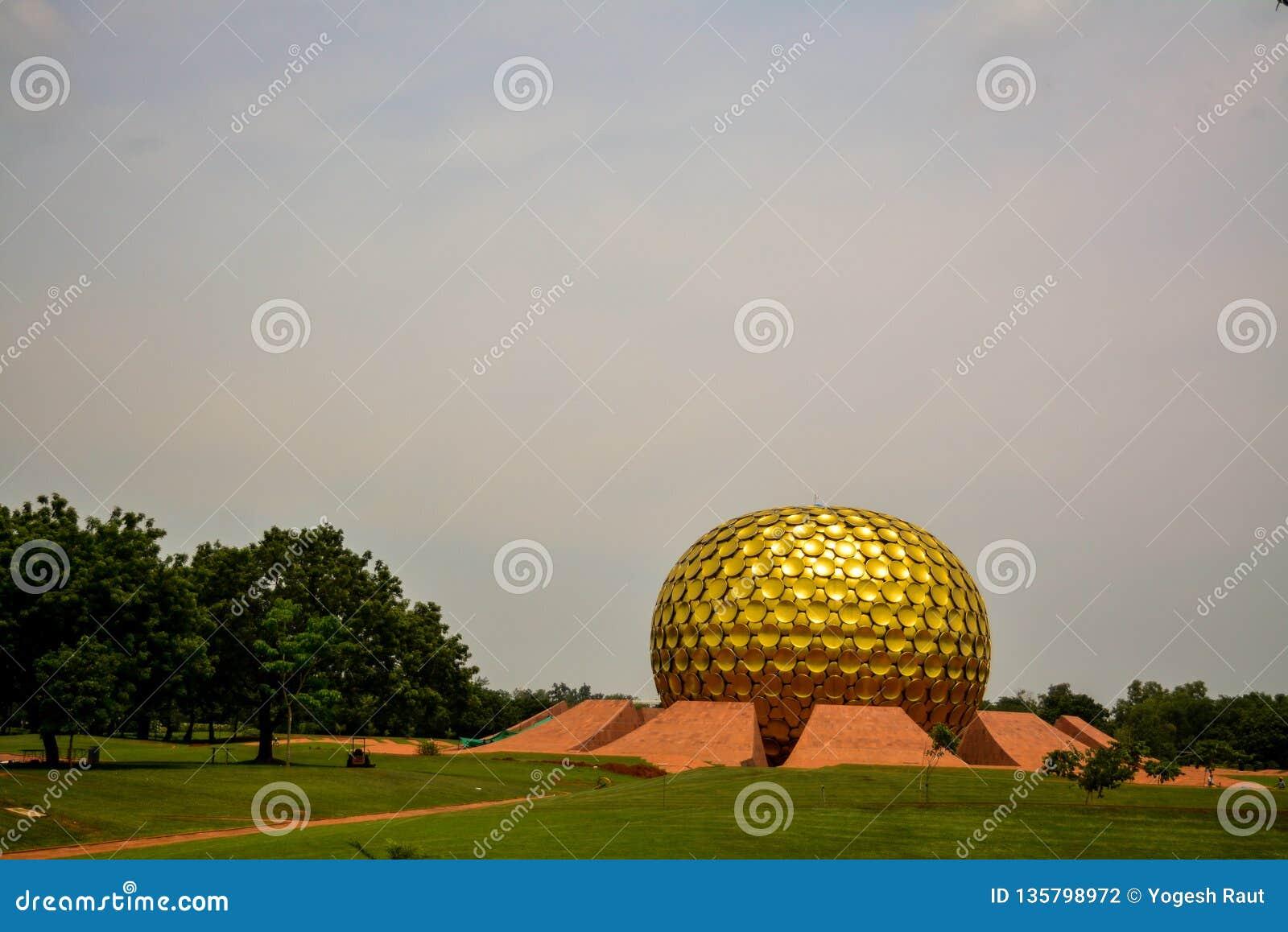 Puducherry, Índia - 30 de setembro de 2017: 'Mantrimandir ', um centro da meditação em Auroville, Puducherry, Índia