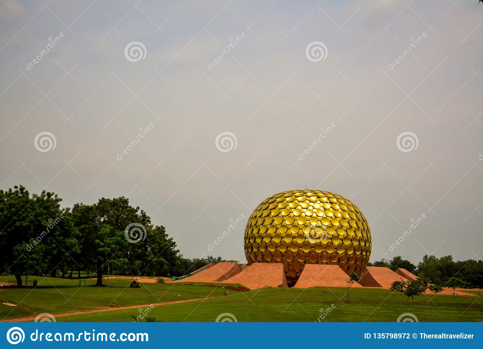 "Puducherry, Ινδία - 30 Σεπτεμβρίου 2017: ""Mantrimandir "", ένα κέντρο περισυλλογής σε Auroville, Puducherry, Ινδία"