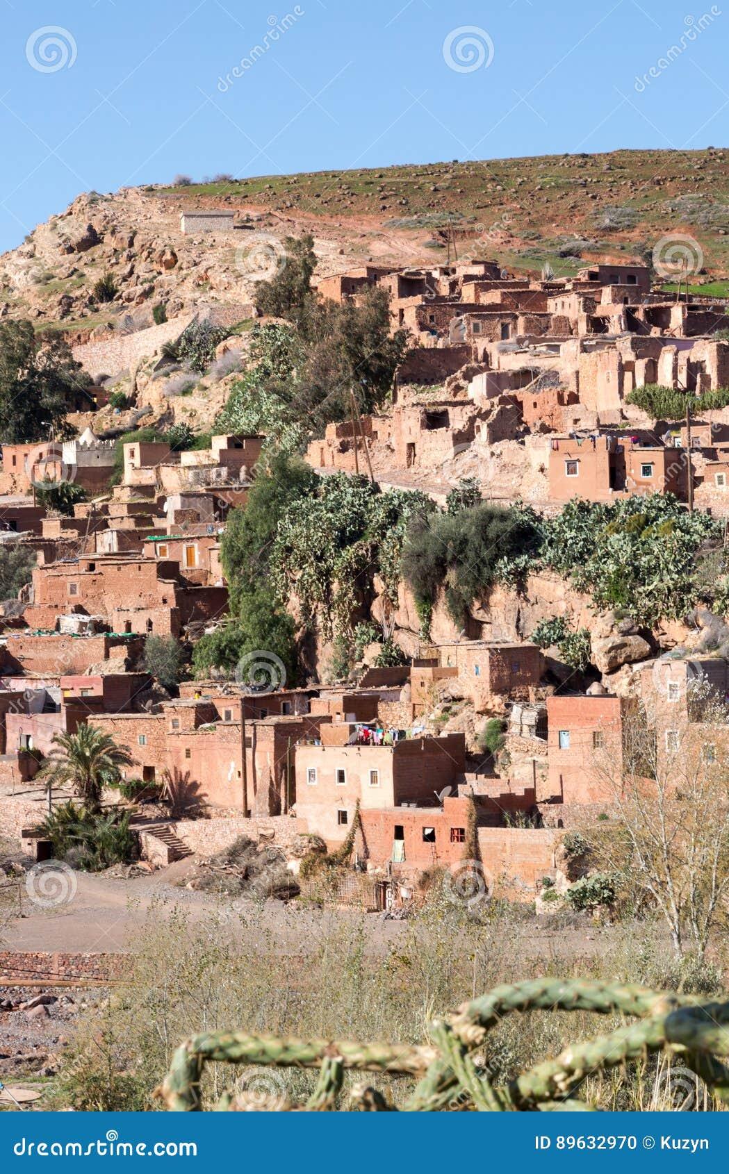 Pueblo conservador tradicional en montañas de atlas, Moro del berber